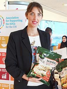 UN志愿SDGs协会在UN总部1楼展示着全球可持续性企业模型与全球主要领军人物的可持续事例 来到CJ第一制糖展位的相关负责人对必品阁饺子展现出了兴趣