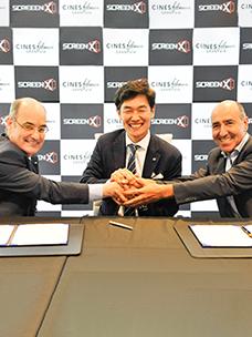 (中)CJ CGV技术创新总部部长Kim Jongyeol,(左,右)西班牙Filmax Gran Via(Jaime Tarrazón)与执行总裁Carlos Fernandez