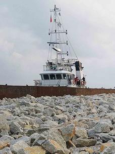CJ大韩通运使用重物专用船搬运杂石。