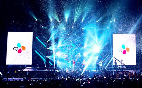 An image of finale of KCON 2016 LA