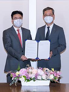 CJ CheilJedang CEO Eun Seok Choi (right) and HDC Hyundai EP CEO Joong Kyu Chung (left) signed an MOU for Establishment of a Joint Bio Compounding Venture.